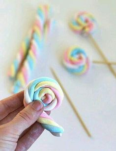 Easy Easter Marshmallow Pops – Say Yes – Eisparty Kindergeburtstag DIY Party Deko Candy Table, Candy Buffet, Unicorn Birthday Parties, Girl Birthday, Cake Birthday, Rainbow Birthday, Birthday Party Treats, Special Birthday, Birthday Party Decorations
