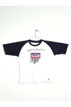 "Camiseta blanca con mangas azules. Estampado de cassette y texto ""What is this?????"" www.mokkima.com"