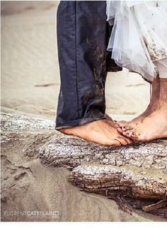 Beach weddings never fail to be romantic. We love this wedding photography idea for your Emerald Isle wedding! https://www.pinterest.com/pin/148900331410565826/