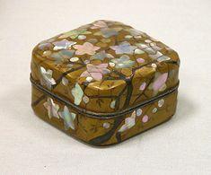 江戸時代 琳派 梅蒔絵螺鈿香合<br/>Incense Box with Flowering Plum Tree Artist: School of Ogata Korin (Japanese, 1658-1716) Period: Edo period (1615-1868) Date:19th century Culture: Japan Medium: Gold lacquer with gold hiramaki-e, black lacquer, and mother-of-pearl inlay Dimensions: H. 1 1/2 in. (3.8 cm); W. 2 1/4 in. (5,7 cm); L. 2 1/4 in. (5.7 cm) #The Metropolitan Museum of Art.