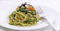 Questi spaghetti di zucchine con pesto feta e pomodori sono facilissimi, velocissimi, senza cottura e piacciono sempre. Ideali in estate.