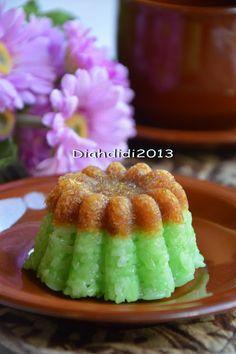 Diah Didi's Kitchen: Ketan Ijo Unti..Enak Buat Teman Ngopi Pagi Pagi..^_^ Indonesian Desserts, Indonesian Food, Indonesian Recipes, Malaysian Dessert, Malaysian Food, Asian Cake, Steamed Cake, Asian Snacks, Traditional Cakes