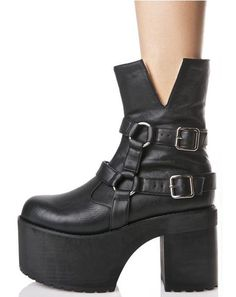 Current Mood Dakota Boots will keep ya trudging along, day by day… These sikk boots feature a buttery smooth black vegan leather construction, thick platform with treaded sole, strappy harness detailing with O-ring connectors 'N adjustable buckles, cozy faux shearling lining, and inner ankle zip closure.
