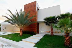 Navegue por fotos de Casas modernas: Residência J&F – projeto arquitetônico: Paulo Delmondes | fotos: Gilson Barbosa. Veja fotos com as melhores ideias e inspirações para criar uma casa perfeita.