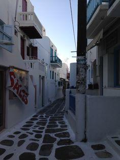 Greece iPhone Wallpapers iphone_iphone5c_wallpaper_mykonos_greece_sale_sign_honeymoon_market_narrow_street