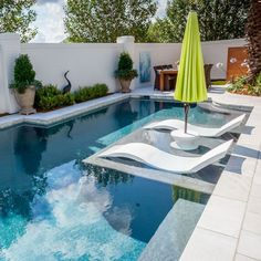 Everyone deserves a beautiful backyard and pool to escape to. Tanning ledge outfitted with in water chaises, side table, and umbrella. Backyard Pool Designs, Small Backyard Pools, Small Pools, Swimming Pool Landscaping, Swimming Pool Designs, Patio Chico, Ledge Lounger, Square Pool, Florida Pool