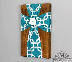 Easy craft and you can pick whatever fabric and center piece you want. I'll put one on either side of my deer mount. With a rustic deer as the center piece. Cross Wall Decor, Crosses Decor, Wood Crosses, Cute Crafts, Crafts To Make, Arts And Crafts, Easter Crafts, Christmas Crafts, Cross Crafts