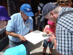 Franz unser Imker beim Aufspüren der Varoamilbe am Bienenhaus am Hexenwasser. Bucket Hat, Bee House, Witches, Cinema, Bob, Panama