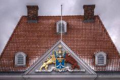 Das Stadtwappen der Hansestadt Stralsund aus der Schwedenzeit am Giebel des Commandantenhus am Alten Markt. Links der schwedische Reichslöwe und rechts der pommersche Greif. In der Mitte auf dem Wappenschild der Stralsunder Pfeil mit der Reichskrone.