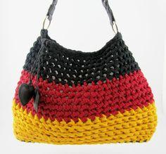 Deutsch handbag made by Hoooked