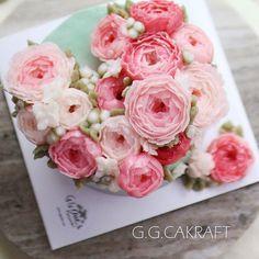Done by student in advance course. 핑쿠핑쿠 작약이 한가득..뿅 반해서 쓰러질뻔했어요 완전잘하셨어요 - - #ggcakraft #buttercreamflowers #koreanflowercake #klflowercake #cake #cakeicing #buttercream #flowers #flowercake #buttercreamflowers #blossom #bakingclass #baking #weddingcake #버터크림케이크 #꽃 #buttercake #플라워케이크 #버터크림 #버터플라워케이크 #버터크림플라워케이크 #glossybuttercream Gorgeous Cakes, Pretty Cakes, Amazing Cakes, Korean Buttercream Flower, Buttercream Flower Cake, Bolo Floral, Floral Cake, Fondant Cakes, Cupcake Cakes