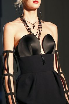 Les bijoux divins de Jean Paul Gaultier http://www.vogue.fr/joaillerie/tendance-des-podiums/diaporama/les-tendances-bijoux-de-la-fashion-week-printemps-ete-2013/10154/image/635185#les-bijoux-divins-de-jean-paul-gaultier