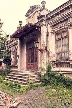 Facebook Via București Casa cu geamuri bombate - o casa unică în București, construită în 1861.