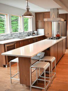 Cozinha com piso de madeira e bancadas brancas, ilha estreita. 37 Inspirações e Dicas de Decoração para Cozinha com Ilha