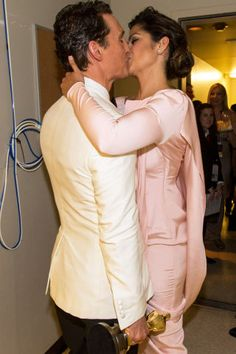 Camila Alves Photos - Matthew McConaughey and Camila Alves kiss backstage during the Oscars held at Dolby Theatre on March 2014 in Hollywood, California. - Backstage at the Annual Academy Awards Hot Couples, Famous Couples, Celebrity Couples, Adorable Couples, Power Couples, Hollywood Couples, Ellen Degeneres, Best Actor Oscar Winners, Backstage