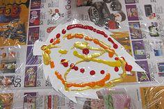 """kleuren """"mengen"""" met behulp van over het papier én de kloddertjes verf heen gelegd stuk folie ( op de foto zie je de beginsituatie)"""