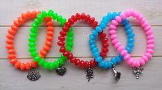 Kinder armband Neon met bedel.  In diverse kleuren Neon blauw, roze, groen, rood, oranje.