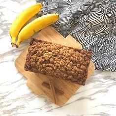 冷颼颼的冬天,各式的香料總能讓人感到溫暖,特別喜歡濃郁香氣的肉桂。之前在美國到處都可以買到肉桂口味的甜點,在台灣卻不太容易找到,尤其是口感香酥脆甜的肉桂奶酥,加在香蕉蛋糕上美味極了,常常一次買兩個杯子蛋糕或瑪芬,都是為了上頭的讓人吃到欲罷不能的奶酥,所以這次做的肉桂奶酥全麥香蕉蛋糕,加了特別澎湃的奶酥,好過癮,但還是
