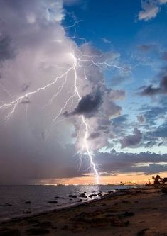 Clouds and lightning at edge of blue sky, above beach. All Nature, Science And Nature, Amazing Nature, Nature Water, Tornados, Thunderstorms, Pictures Of Lightning, Fuerza Natural, Nature Sauvage