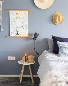 Die Farbe Blau – so reizvoll, schick und dezent wie die Farbtöne des Himmels. Deshalb ist die Wandfarbe Steinblaue Schönheit von Alpina die perfekte Wahl für Dein Schlafzimmer. Hier sind himmlische Träume vorprogrammiert! // Wandfarbe Blau Schlafzimmer Idee Dekorieren Bett Nachttisch Deko #Wandfarbe #Idee #Schlafzimmer #Bett #Deko @juudithhome