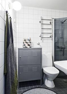 Kylpyhuone oli juuri remontoitu, kun Hanna ja Timo ostivat asunnon viisi vuotta sitten. Metallisessa Ikean kaapissa pikkutavarat pysyvät järjestyksessä. Kaapin päällä olevan säilytyspussukan on suunnitellut Susanna Vento. Hanna virkkasi trikookudematon. Lapuan Kankureiden pyyhkeet on valittu sävyihin sopiviksi.
