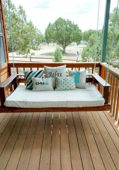 Pallet Furniture Outdoor pallet projects to tackle this Spring! - Looking for outdoor pallet ideas to brighten up your manufactured home exterior? These DIY pallet projects are just what you are looking for. Pallet Swing Beds, Diy Pallet Sofa, Pallet Bed Swings, Pallet Patio, Pallet Chairs, Porch Swings, Pallet Home Decor, Outdoor Furniture Plans, Pallet Furniture