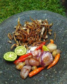 Sambal Teri Spicy Recipes, Indian Food Recipes, Asian Recipes, Cooking Recipes, Ethnic Recipes, Jar Recipes, Asian Foods, Indonesian Sambal Recipe, Indonesian Cuisine