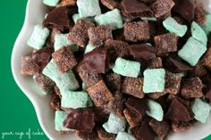 This homemade snack recipe for Thin Mint Puppy Chow from Your Cup of Cake is a delightful twist on a childhood favorite. Skip the Girl Scout cookies this year ? your Thin Mint craving has been cured! Puppy Chow Recipes, Snack Mix Recipes, Yummy Snacks, Delicious Desserts, Yummy Food, Snack Mixes, Chex Recipes, Candy Recipes, Gourmet