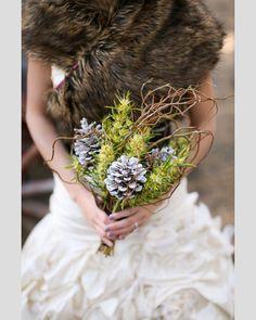 Bouquets de noiva com pinhas. #casamento #bouquet #noiva #pinhas #verdes #inverno