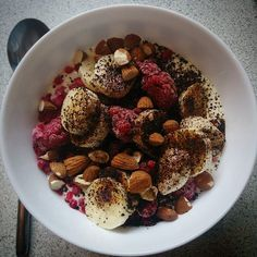 Worst part of the day: last meal before bed. Low-fat yoghurt frozen raspberries sliced banana almonds and liquorice powder. Aften snack. Yoghurt frosne hindbær halv banan i skiver hakkede mandler og lakridspulver. Ommenomme. #healthysnack #healthyfood #healthymeals #powerfood #musclefood #fitfood #foodie #realfood #nosugar #lowfat #lowcarb #fuelyourbody #fuelyourworkout #smashyourgoals #absaremadeinthekitchen #determination #motivation #girlswholift #fitfam #fitfamdk #dullermedmuller…