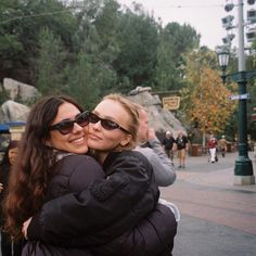 Lily and her friend Aerin in Disneyland a few days ago Foto Best Friend, Best Friend Photos, Best Friend Goals, My Best Friend, Cute Friend Pictures, Foto Casual, Lily Rose Depp, Cute Friends, Summer Aesthetic