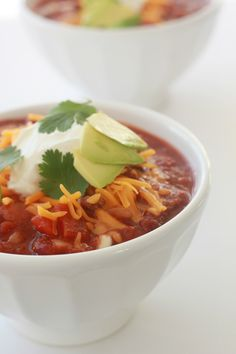 Everygirl Can Cook: Crock Pot Chili // #recipe #crockpot // Photo and Recipe by Lindsay Kujawa Retro Recipes, Real Food Recipes, Cooking Recipes, Healthy Recipes, Chili Recipes, Slow Cooker Recipes, Crockpot Recipes, Side Dish Recipes, Dinner Recipes