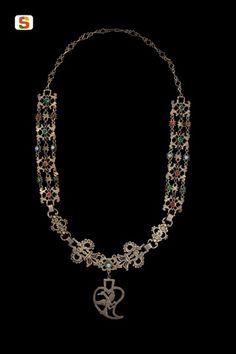 Sardegna DigitalLibrary - Immagini - Collana in filigrana d'argento con pietre e pendente cuoriforme