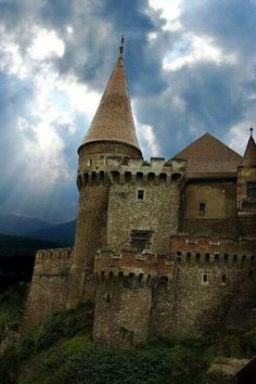Medieval Castle, Transylvania, Romania (photo via igor--lama-armonica)