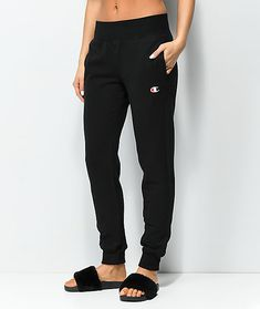 Complete your casual look with the Reverse Weave black jogger sweatpants from Champion. Coming in a versatile all black colorway, these plush, fleece-lined pants feature an elastic waistband and leg openings for a classic jogger silhouette. Cute Sweatpants, How To Wear Joggers, Sweatpants Outfit, Jogger Sweatpants, Black Joggers Outfit, Black Shorts, Denim Shorts, Outfits Winter, Outfits Spring