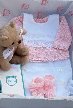 Friki: Caja regalo recién nacido. Cubredodotis y babero de piqué, jersey y patucos punto.