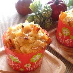 焼き芋とりんごのもっちり米粉マフィン じっくり焼いた焼き芋とりんごのやさしい甘さのマフィン☆たまにはたっっぷり時間をかけて♪おいしいマフィンが出来ました♪ 材料 (3個分) さつま芋 1本(うち60g使用) 無塩バター 50g きび砂糖 30g 卵 1個 米粉 70g ベーキングパウダー 2g ヨーグルト 70g *りんご 1/4個 *水 30g *きび砂糖 10g *レモン汁 小さじ1 作り方 1 さつま芋をアルミに包む。オーブンを予熱なし、220度に設定して、1時間焼く。 2 無塩バター、卵は室温にもどしておく。米粉、ベーキングパウダーは合わせておく。 3 焼き芋が出来上がったら、オーブンを170度に設定しておく。焼き芋は60g計量して潰しておく。 4 りんごを5mm角くらいにカットする。お鍋に*水、*きび砂糖をいれて弱火で煮る。 5 りんごがやわらかくなってきたら*レモン汁を加える。水気がなくなったらOK。 6 バターがやわらかくなったら混ぜる。きび砂糖をいれてよく混ぜる。ザラザラ感がなくなるまで混ぜる。 7…