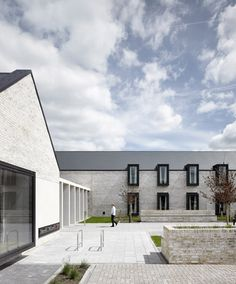 Built by Keppie in Glasgow, United Kingdom The new Ronald McDonald House, designed by leading UK based architectural practice Keppie, has opened its doors at th. Healthcare Architecture, Brick Architecture, School Architecture, Amazing Architecture, Contemporary Architecture, Architecture Details, Public Architecture, Casa Ronald Mcdonald, Sheffield
