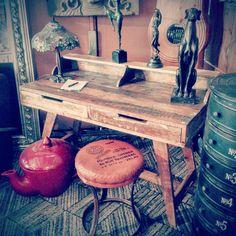 Bureau en Bois flotté – Design Vintage Danois  Ce bureau, avec un dessus de table en bois flotté et 4 pieds est un accessoire intemporel pour votre maison. Le bureau dispose de deux tiroirs pour avoir un espace de travail toujours parfaitement rangé. Le bureau dispose d'une tablette supérieure, pour accueillir lampes, vases, ou ornements. Design Vintage, Home Office Design, Pallet, Creations, Inspiration, Furniture, Home Decor, Drawers, Wooden Table Top
