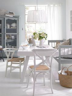 muy moderno, sencillo y cálido este comedor con la silla crossback blanca (y la silla wishbone al fondo que también la tenemos)