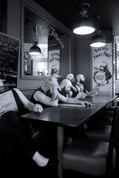monsieur gac passe(nt) à table..