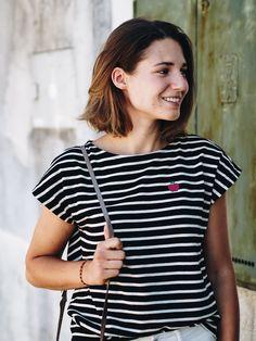 FAIR FASHION OUTFIT: FRINGES & STRIPES mit gestreiftem T-Shirt von Peopletree und Fransenjeans von Kings of Indigo aus Bio-Baumwolle