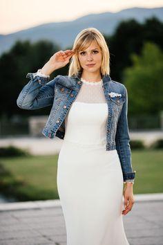 Hochgeschlossenes Brautkleid + knackig coole Jeansjacke = ein echt wunderschöner und außergewöhnlicher Brautlook!