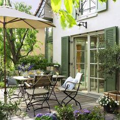 Wenn es draußen sprießt, wird's höchste Zeit, Terrasse, Gartenmöbel und Grill auf Vordermann zu bringen – für den Start in die Outdoor-Saison!