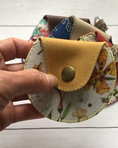 Diy Leather Bows, Leather Bag, Mens Coin Pouch, Diy Leather Projects, Leather Wallet Pattern, Diy Bags Purses, Denim Bag, Leather Keychain, Leather Accessories