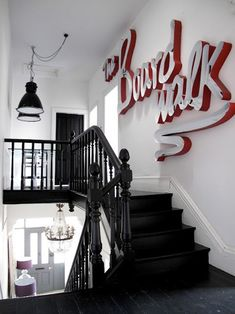 cool stairs with / industrial workspace / design ideas / interior Black Staircase, Staircase Design, Staircase Ideas, Black Banister, Staircase Spindles, Railings, Staircase Landing, Stair Railing, Industrial Workspace