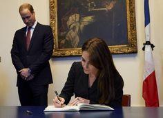Pin for Later: Kate Middleton et le Prince William Rendent Hommage aux Victimes des Attentats de Paris