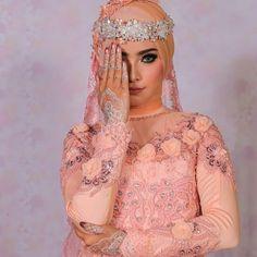 Special thanks..teteh cantik @intansugih.. White henna by @intanmuslimah.. hijab n attire by @raisha_sanggarrias.. Mua by me @pramarias Photography by @charrismatique_photograpy Special thanks uwa @tisnariaspengantin..ibu Enung..ibu Eny..@pinirias . . . . . . #makeup #makeupflawless #makeuppengantinmuslimah #makeuppengantinmuslimahbandung #makeuphairdo #makeuppengiringpengantin #paketriaspengantinmodifikasi #makeuppengantinmodifikasi #makeuppengantinmodern #riaspengantinbandungmodern…