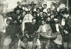 """Doroteo Arango """"Pancho Villa"""" en el Sillón Presidencial, a su lado Emiliano Zapata, Salón de Recepciones de Palacio Nacional"""