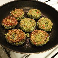 Veggie-deller. Jeg blendede 1/2 blomkål med 1/2 butternutsquash og en masse spinat og persille, hakkede løg, hvidløg, chili og ingefær, salt og peber og 1-2 spsk. mel. Og 3 store æg Veggie Recipes, Great Recipes, Vegetarian Recipes, Cooking Recipes, Healthy Recipes, Veggie Food, Work Meals, Dinner Is Served, Recipes From Heaven